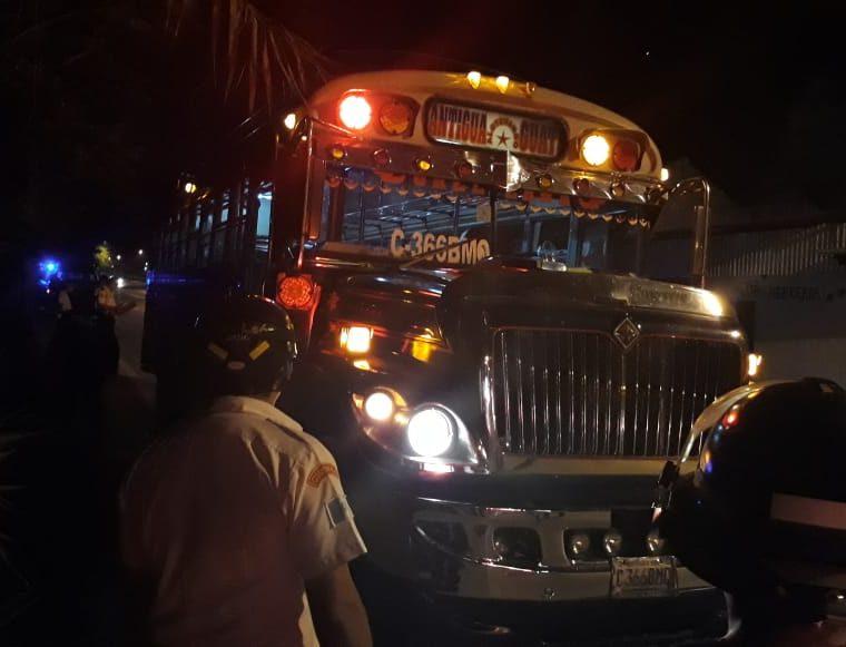 Cuerpos de socorro y curiosos observan el autobús que fue asaltado en la Bajada de Las Cañas. (Foto Prensa Libre: Renato Melgar)