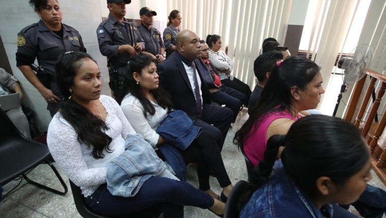 Procesados por la fuga de Marixa Ethelinda Lemus Pérez, alias la Patrona, durante la audiencia de este martes. (Foto Prensa Libre: Paulo Raquec).