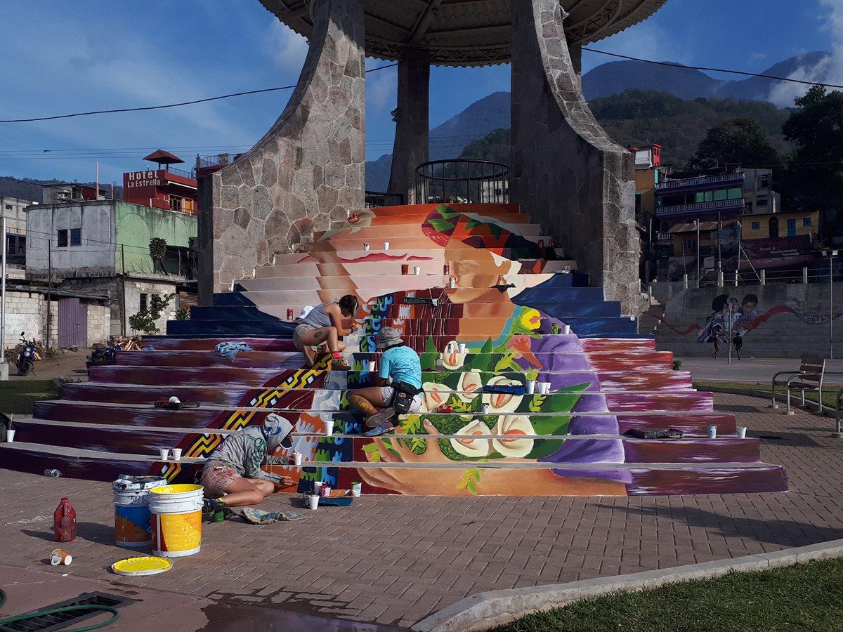 Artistas resaltan la cultura y tradiciones de Atitlán con pinturas en gradas y muros