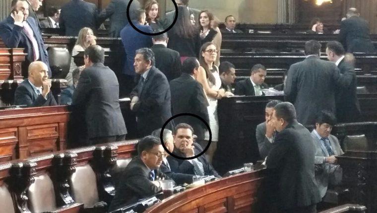 Alejandra Carrillo -en el círculo superior- conversa con diputados. Boris España -círculo inferior- permanece en la curul que ella reclamaba. (Foto: La Red)