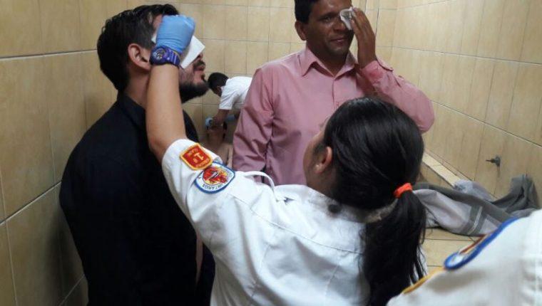 Bomberos atienden a estudiantes afectados por gas pimienta. (Foto Prensa Libre: Bomberos Voluntarios).