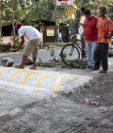 Vecinos construyen túmulos sin autorización en la ruta entre Retalhuleu y Champerico. (Foto Prensa Libre: Hemeroteca PL)