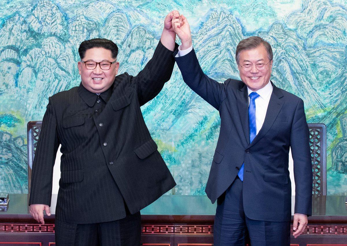 Kim Jong-un (i) Moon Jae-in (d) lavantan la mano tras la firma de un documento en la Zona Desmilitarizada en Panmunjom, Corea del Sur. (Foto Prensa Libre:AFP).