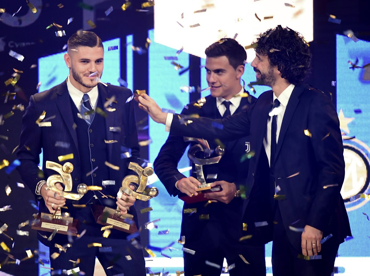 El delantero del Inter de Milán Mauro Icardi recibe el premio a mejor jugador de la Serie A. (Foto Prensa Libre: AFP)