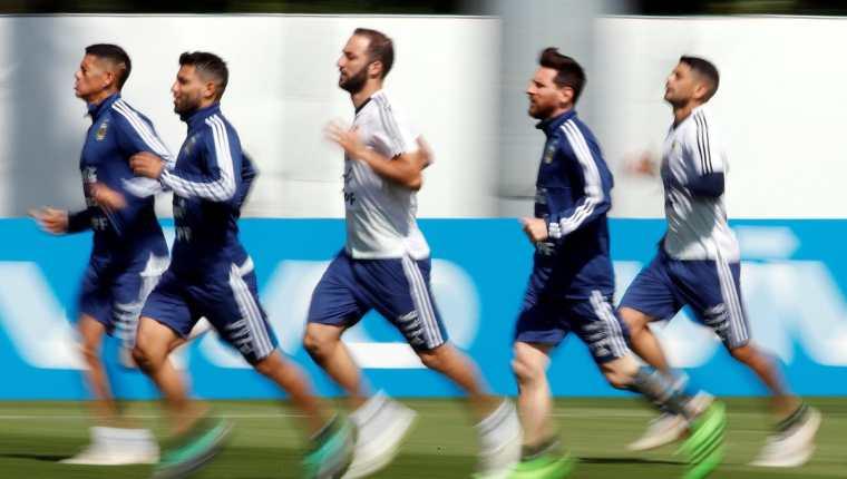 Los jugadores de la Selección de Argentina, durante el entrenamiento de este miércoles. (Foto Prensa Libre: EFE)