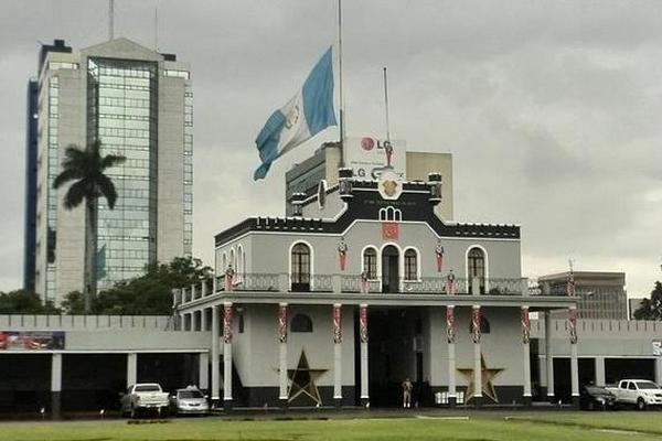 Bandera a media asta en el Ministerio de la Defensa. (Foto Prensa Libre: Geovanni Contreras)