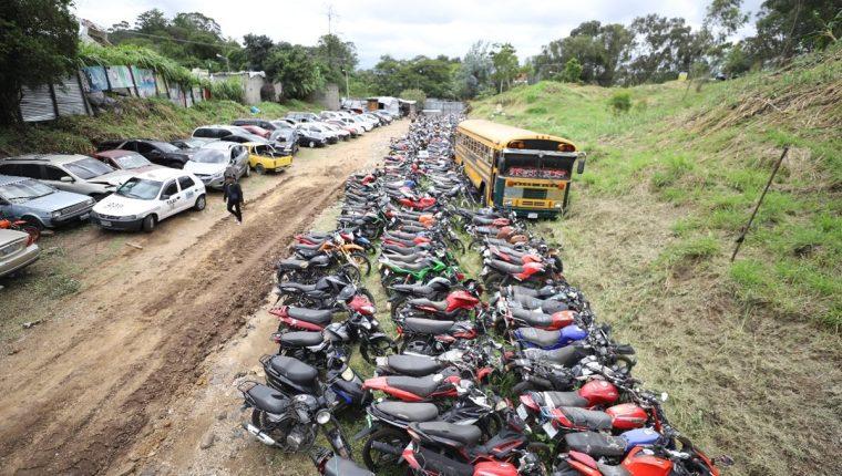 Predio donde permanecen los automotores que serán subastados. (Foto Prensa Libre: Cortesía comuna de Mixco).