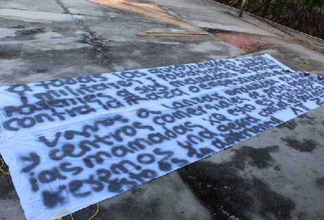 mantas con mensajes amenazantes que aparecieron en Petén, las cuales son investigadas por la Policía.