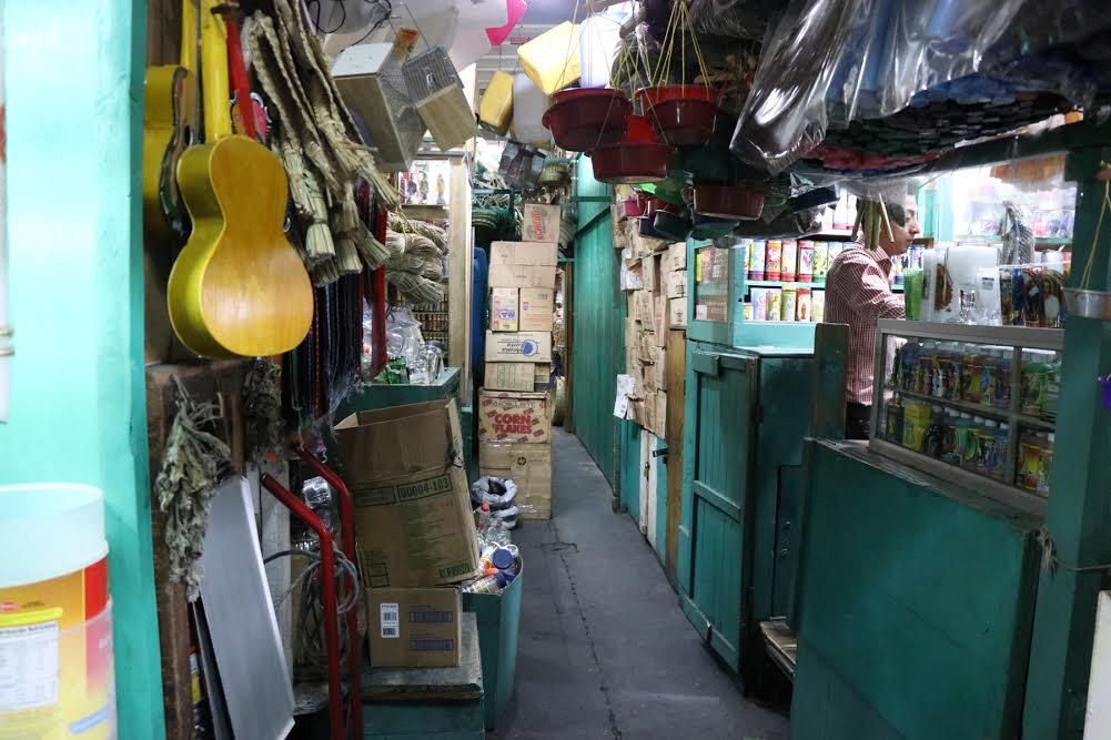 Los pasillos de los mercados de Xela son utilizados para colocar productos. (Foto Prensa Libre: María José Longo)