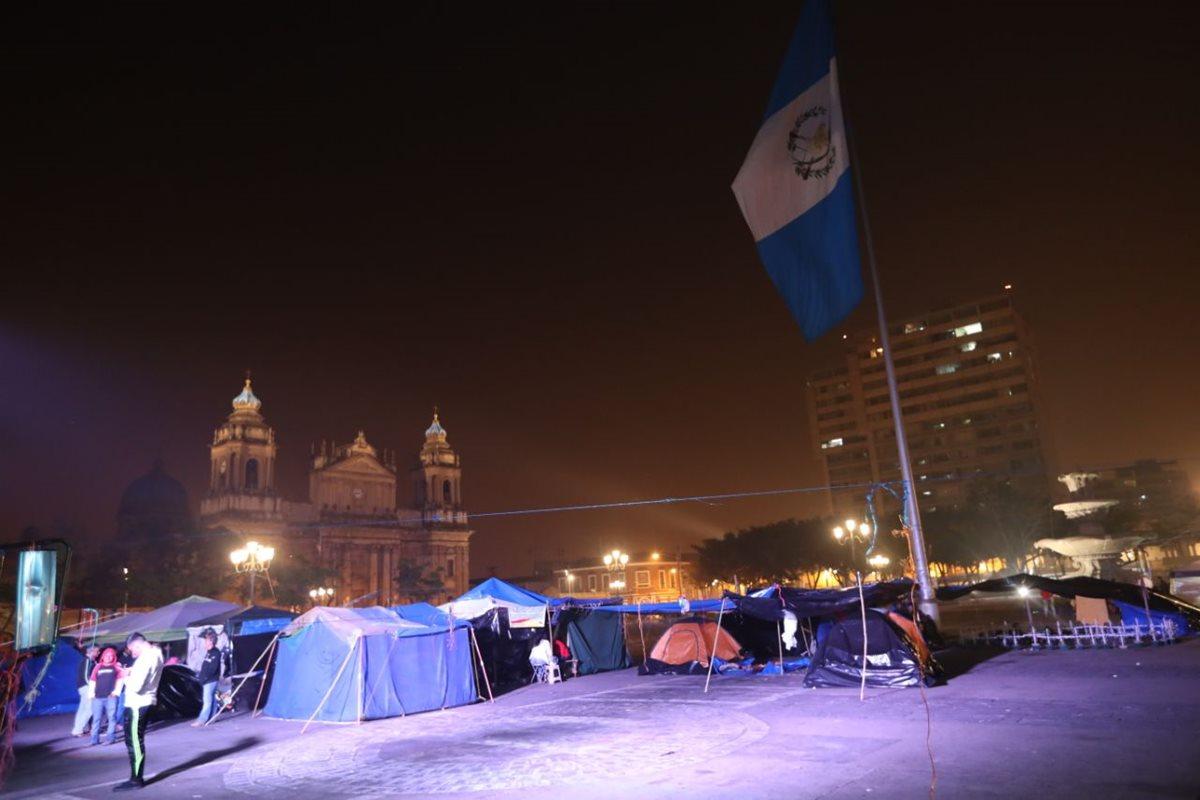 Los maestros permanecieron por más de tres días en la Plaza de la Constitución, como una medida de presión por el pacto colectivo. (Foto Prensa Libre: Hemeroteca PL)