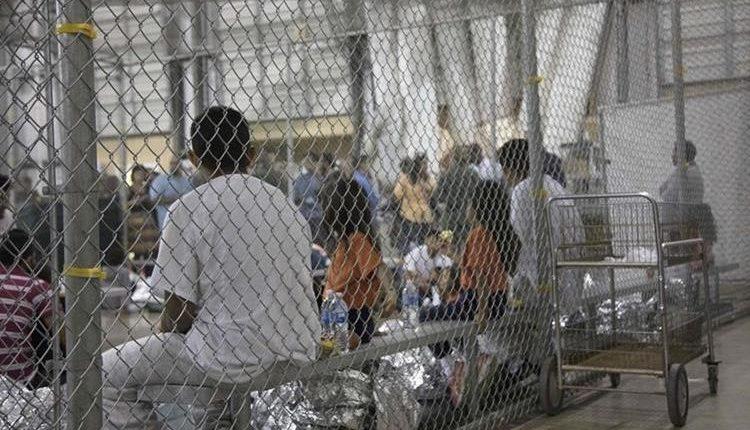 Niños y adolescentes permanecen en espacios divididos por mallas metálicas, alejados de sus padres, luego de ser detenidos cruzando la frontera entre México y Estados Unidos. (Foto Prensa Libre: Hemeroteca PL)