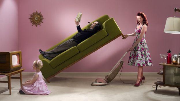 Las mujeres aún suelen pasar más tiempo en actividades no remuneradas, como las tareas domésticas. (Foto, GETTY IMAGES).