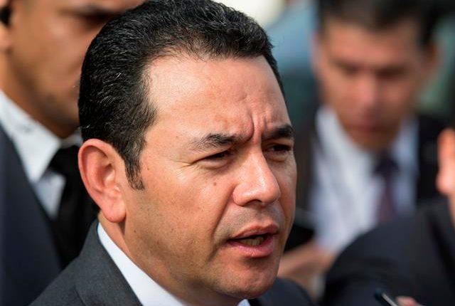 El presidente de Guatemala, Jimmy Morales, habla con la prensa a su llegada a la LI Cumbre de Jefes de Estado del Sistema de la Integración Centroamericana (Sica) (Prensa Libre: EFE/Orlando Barría)