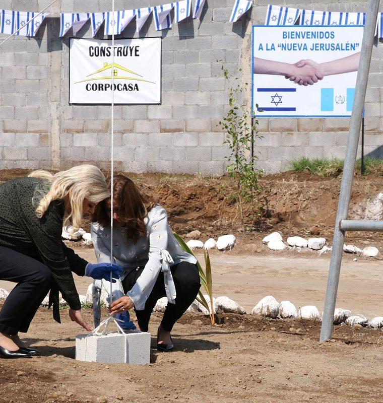 Sara de Netanyahu, esposa del primer ministro de Israel, Benjamín Netanyahu, y la primera dama de Guatemala, Patricia de Morales, colocan la primera piedra del proyecto de casas para damnificados. (Foto Prensa Libre: Carlos Paredes)