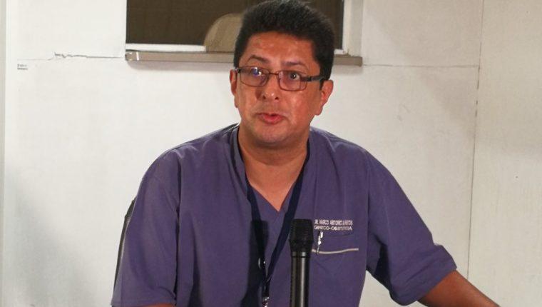 El director del Hospital Roosevelt Marco Antonio Barrientos explica los recientes exámenes practicados a los siameses. (foto Prensa Libre)
