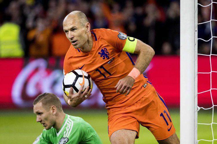El jugador holandés celebra uno de sus dos goles en el triunfo contra Suecia. (Foto Prensa Libre: EFE).