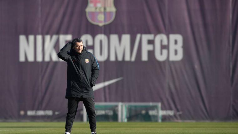 El técnico del FC Barcelona Ernesto Valverde observa a sus jugadores durante el último entrenamiento de su equipo previo al clásico. (Foto Prensa Libre: AFP)