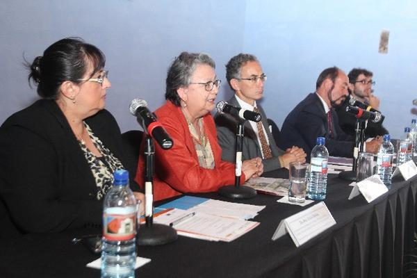 expositores,  durante presentación  del protocolo, en Antigua Guatemala.