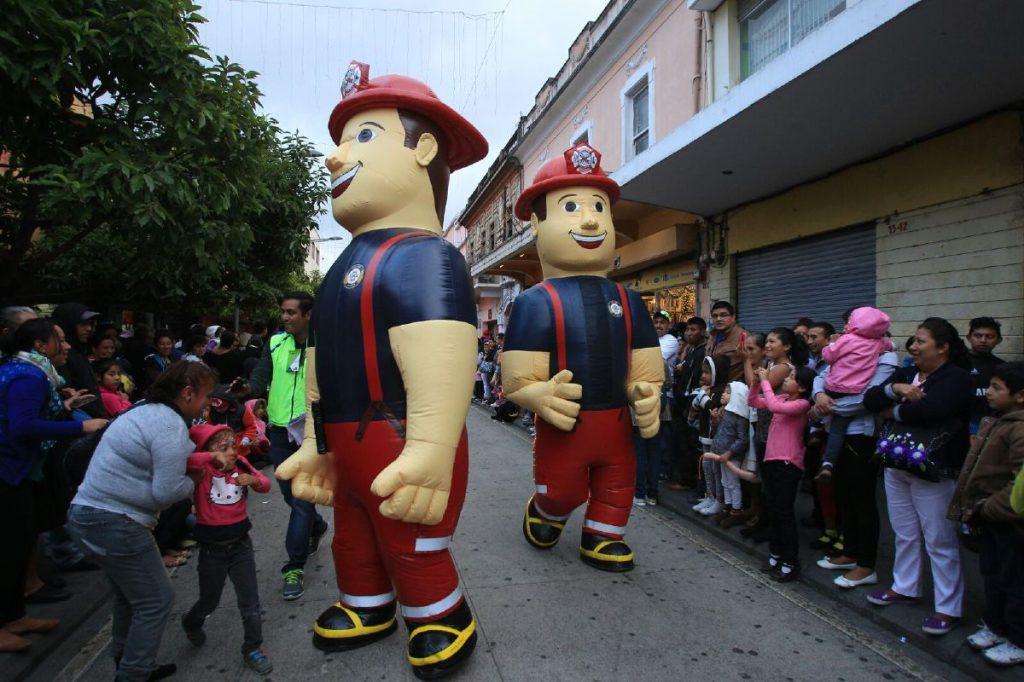 Muñecos de Bomberos Municipales también se hicieron presentes.