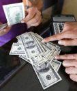Las remesas son el principal ingreso de dólares al país. (Foto Prensa Libre: Hemeroteca PL)