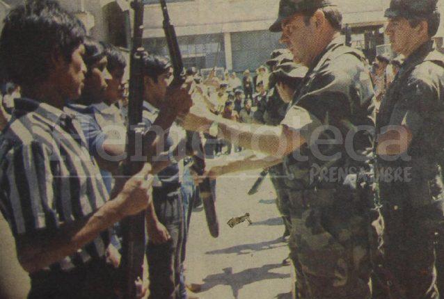 Militares entregan fusiles a nuevos patrulleros de autodefensa civil en Sacatepéquez en 1990. (Foto: Hemeroteca PL)