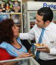 Morales visitó a los vendedores del Mercado Central. (Foto Prensa Libre: Álvaro Interiano)