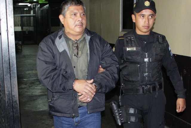 Byron López Flores, enfermero del hospital San Juan de Dios, fue capturado por intentar sustraer medicamentos. (Foto Prensa Libre:)