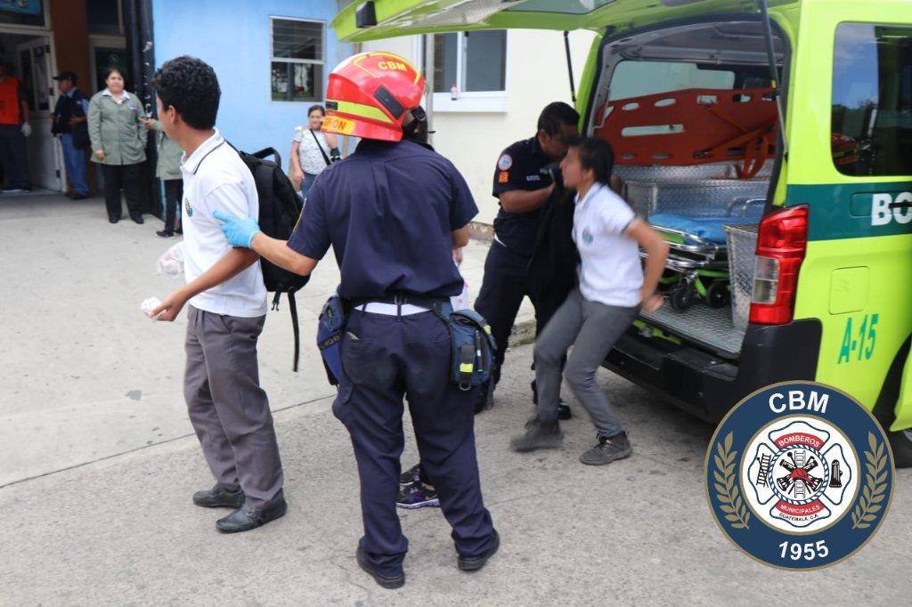Bomberos Municipales ingresan a la emergencia del Hospital Roosevelt a los estudiantes. (Foto Prensa Libre: Cortesía CBM)