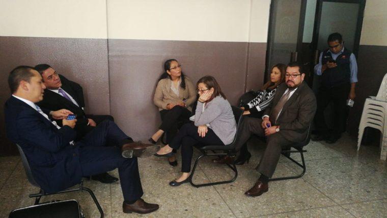 Los sindicados junto a sus abogados durante la apertura a debate en el Juzgado Cuarto Penal. (Foto Prensa Libre: Erick Avila)
