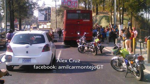 Ataque armado a bus provoca atasco de tres horas