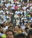 Cientos de fieles cristianos participan en la peregrinación en la que conmemoraron el 38 aniversario del asesinato de monseñor Óscar Arnulfo Romero. (Foto Prensa Libre:EFE)