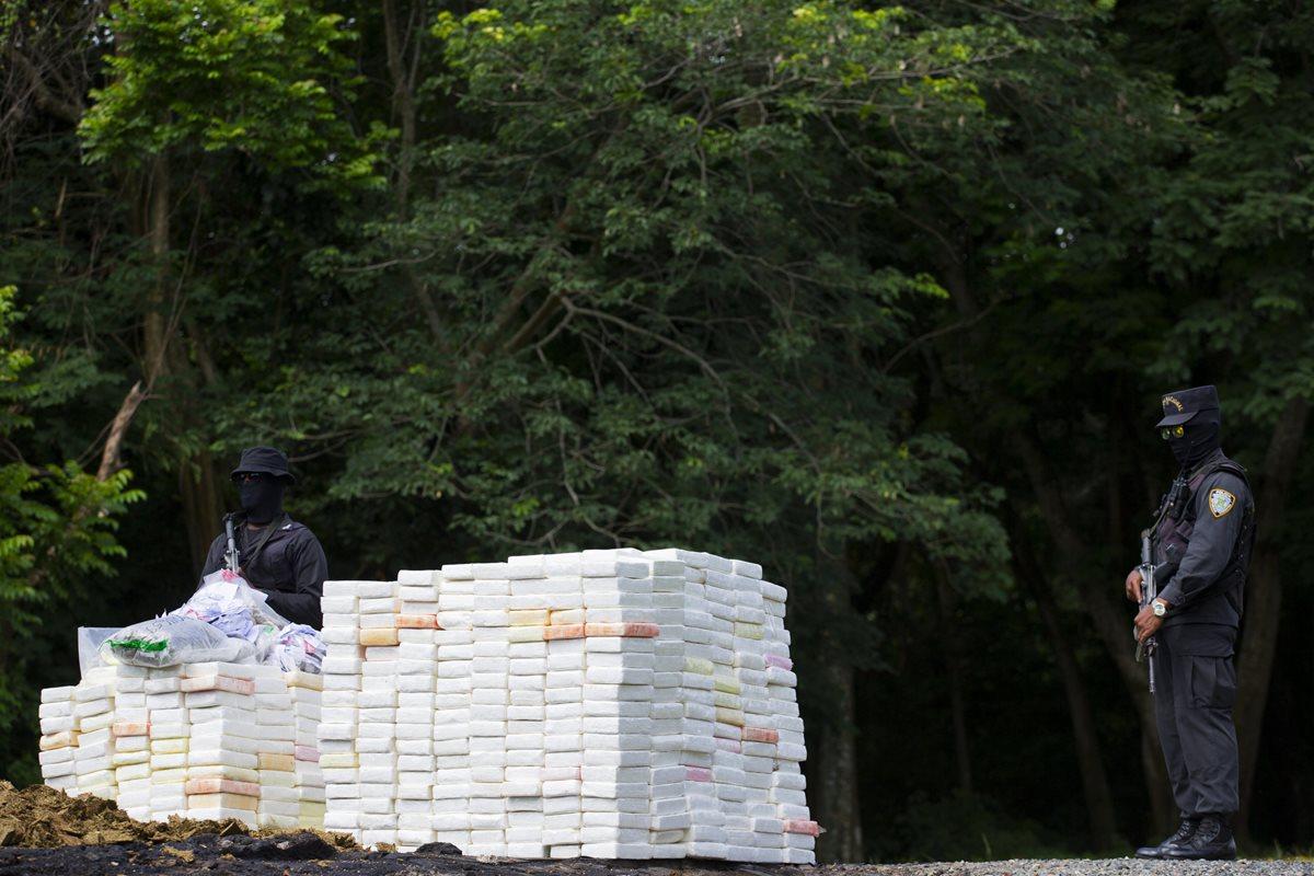 Agentes dominicanos prestan guardia durante la incineración de 1297 kilos de diferentes drogas. (Foto Prensa Libre: EFE)