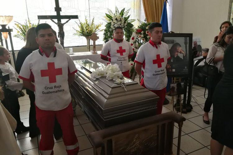 Miembros de la Cruz Roja Guatemalteca acompañan el cuerpo del artista Luis Galich.