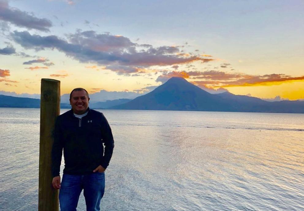 El médico Adrián Molina Palacios se comunicó con sus compañeros para que alertaran a los bomberos sobre que la lancha en que viajaba se hundía. (Foto Prensa Libre: Tomada de Facebook)