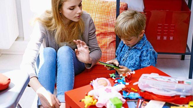 La aplicación analiza las cuentas de las niñeras en redes sociales para buscar publicaciones que puedan ser motivo de preocupación para los padres. (GETTY IMAGES)