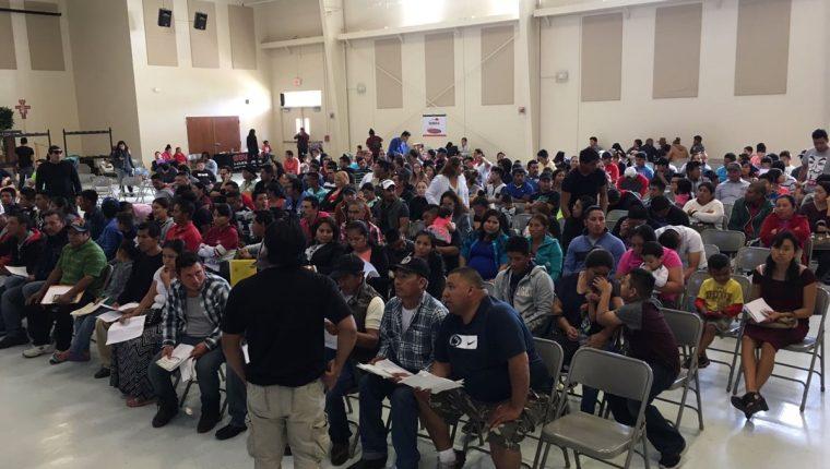Un consulado móvil en Orlando, Florida, atiende entre mil y mil 200 migrantes guatemaltecos. (Foto Prensa Libre: Cancillería)