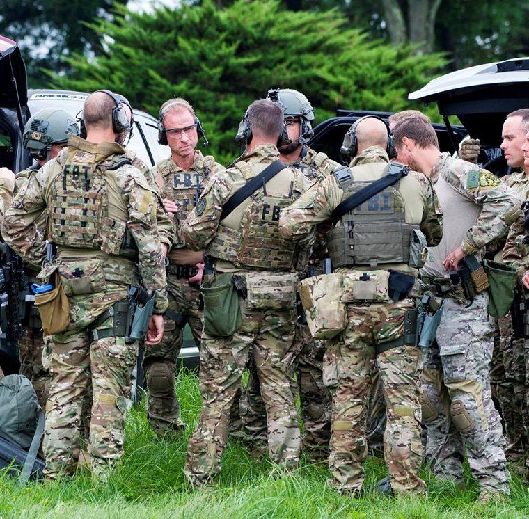 Agentes del FBI permanecen en el lugar donde se produjo un tiroteo en el condado de Harford, Maryland, EE.UU. (Foto Prensa Libre: EFE)