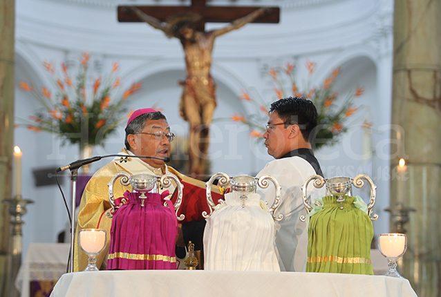 Bendición de las jarras que contienen los santos óleos. (Foto: Hemeroteca PL)