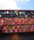 """En algunas rutas los pilotos decidieron colocar en los buses, fotos de las víctimas de ataques con la leyenda """"en memoria de los compañeros pilotos caídos"""". (Foto, Prensa Libre: Érick Ávila)"""