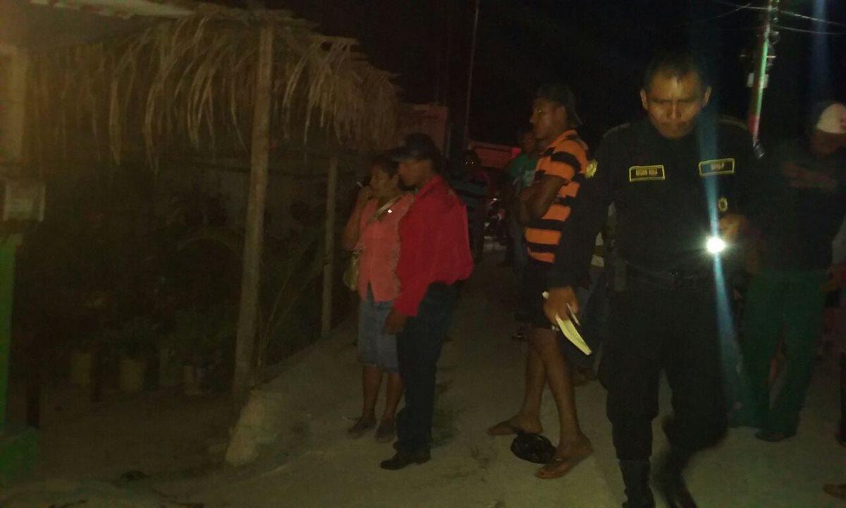 Fuerzas de seguridad resguardan lugar donde un hombre fue atacado a balazos, en Melchor de Mencos, Petén. (Foto Prensa Libre: Rigoberto Escobar)