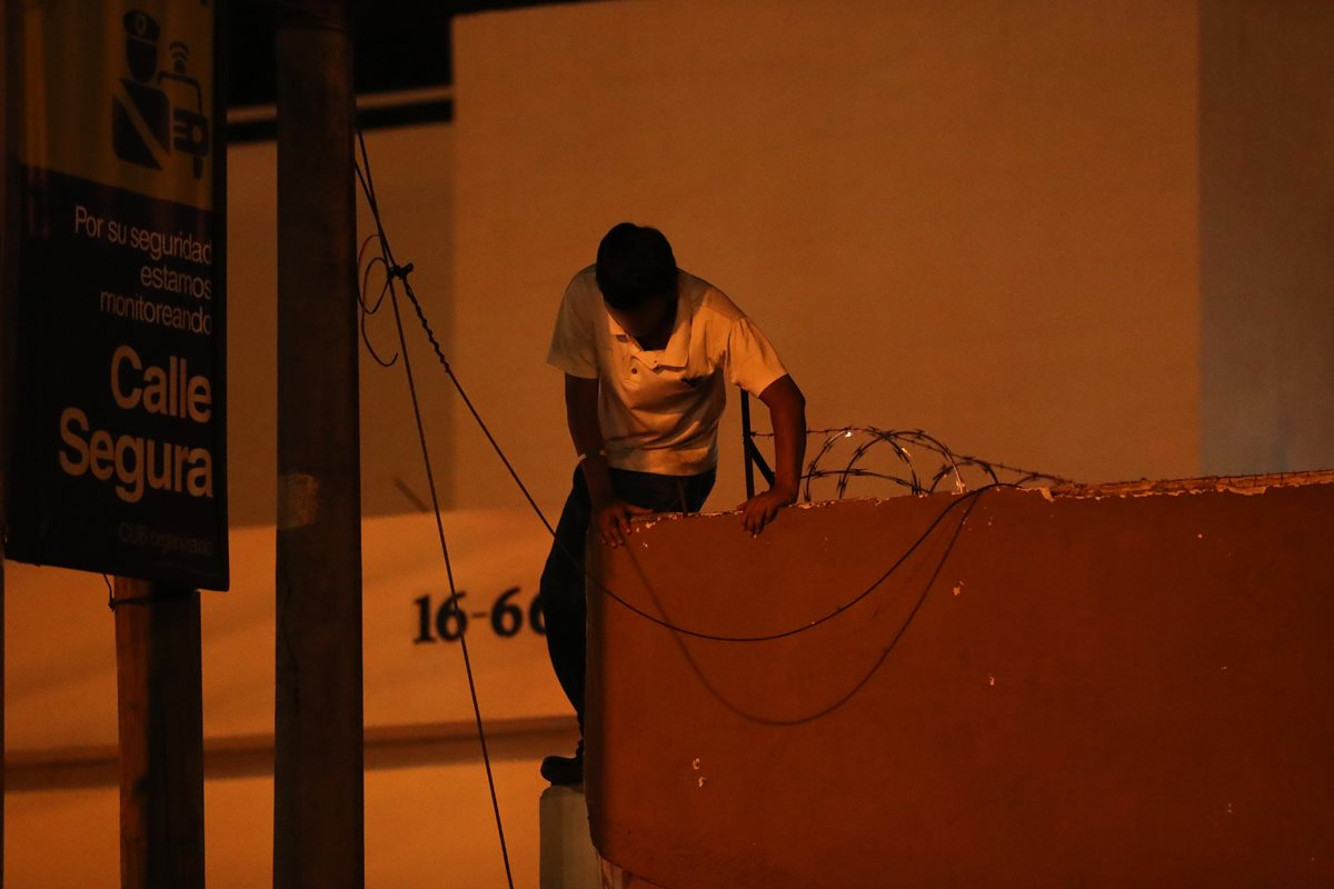 Un menor escapa saltando el techo del inmueble