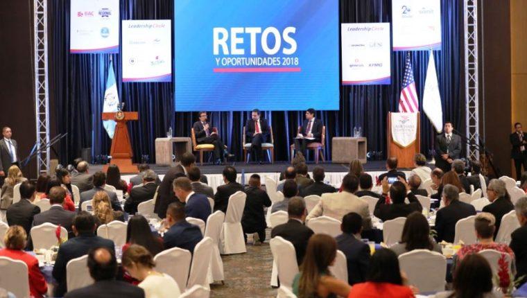 El presidente Jimmy Morales participa en el evento organizado por Amcham, Retos y Oportunidades 2018, lo acompañan el embajador Luis Arreaga. (Foto Prensa Libre: Esbin García)