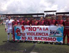Los jugadores de Malacateco portaron una manta en por los constantes actos de racismo y violencia en el futbol guatemalteco. (Foto Prensa Libre: La Red)