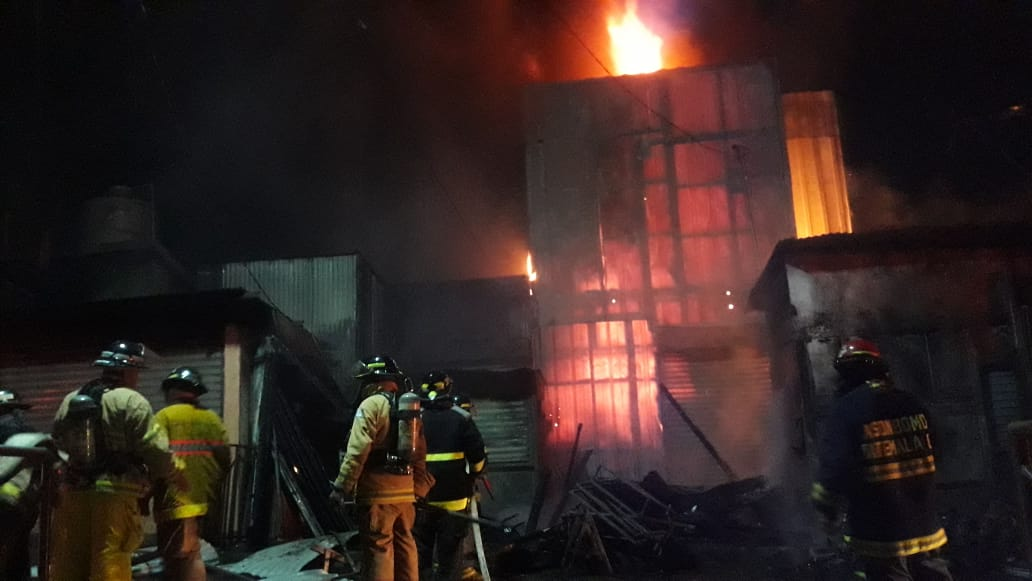 Socorristas intentan apagar el fuego en el mercado La Terminal de Chimaltenango. (Foto Prensa Libre: Víctor Chamalé)