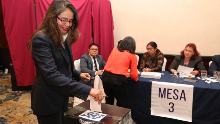 Profesionales del Colegio de Contadores Públicos y Auditores participaron en la elección para integrar la Comisión de Postulación de Contralor. (Foto Prensa Libre: Estuardo Paredes)