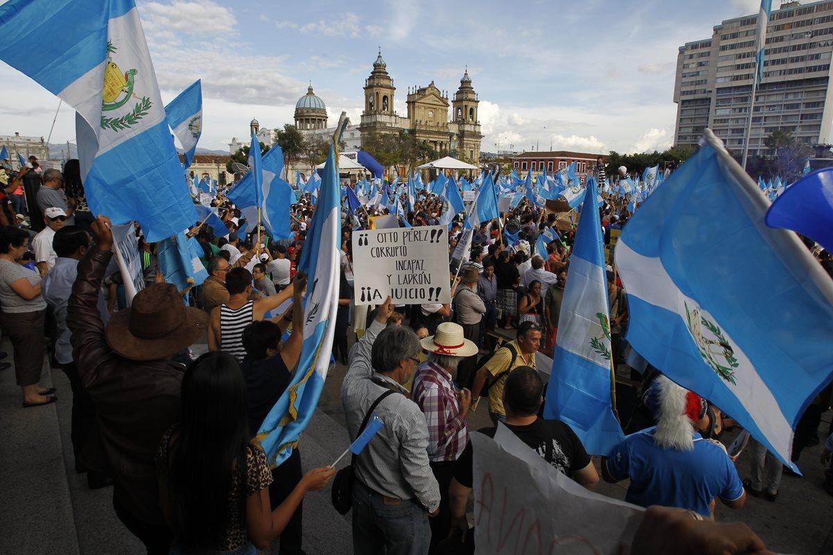 Guatemaltecos indignados por corrupción inspiran a otros países