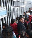 Pacientes esperan información sobre la atención de la consulta externa en el Hospital San Juan de Dios. (Foto Prensa Libre: Esbin García)