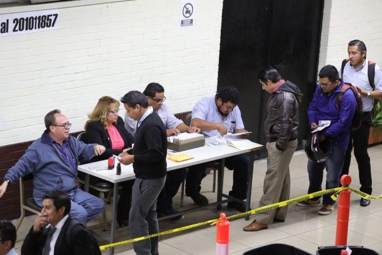Electores emiten su voto ante los supervisores de mesa