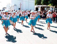Estudiantes de institutos básicos participaron en el desfile en el casco urbano de Cobán. (Foto Prensa Libre: Eduardo Sam)