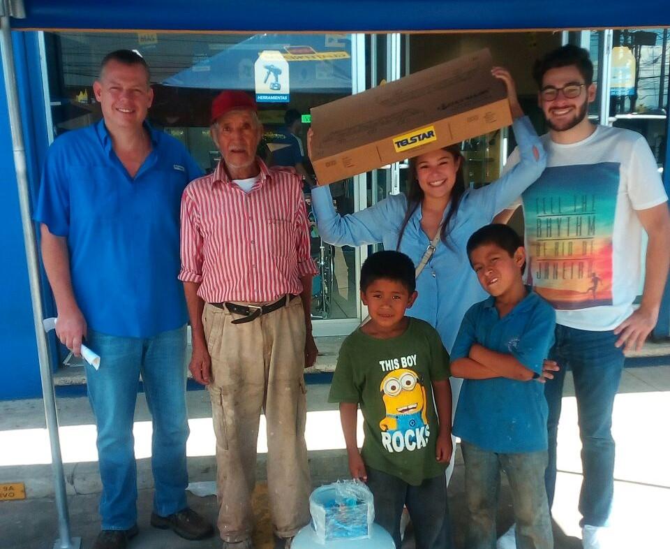 Familia donó estufa y cilindro de gas a anciano y sus nietos. (Foto Prensa Libre: Cortesía Glenda de Hernández).